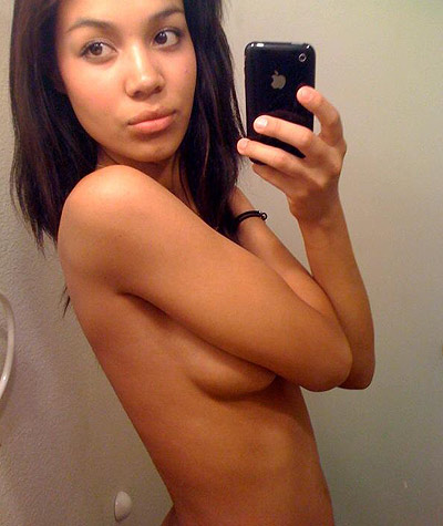 Gorgeous amateur girls does some nude iPhone selfies after her cam show